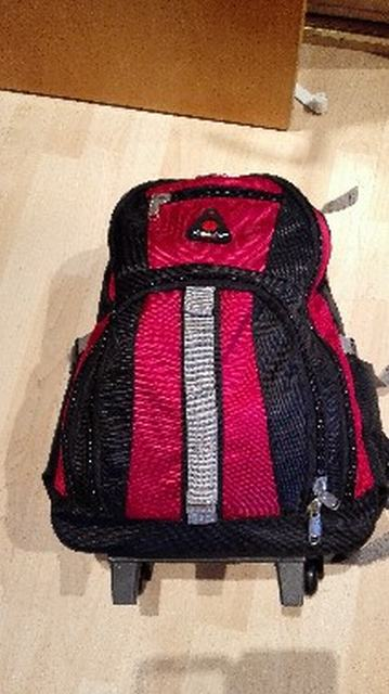 mochila roja y negra