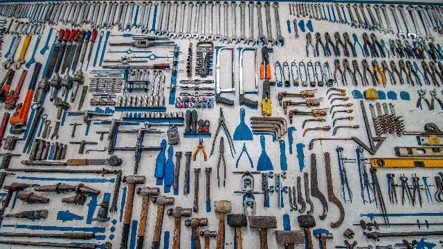 banco de trabajo con muchas herramientas
