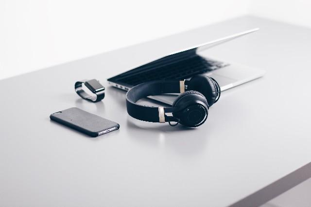 aparatos electrónicos encima de la mesa